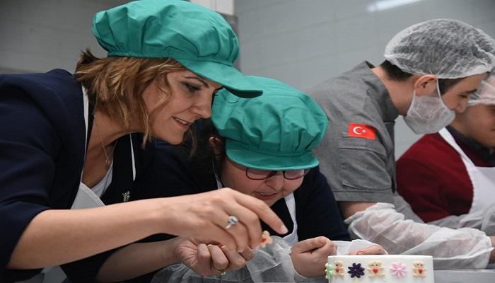 Hürriyet Özel Çocuklarla Anneleri İçin Pasta Yaptı