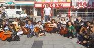 30 Gitarist, Yetenek Yarışmasına Sokakta...