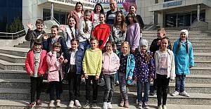 Ukraynalı Çocukları  Karagöz ve Hacivat Karşıladı