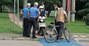 Yürüyüş yolunu kullanan motosikletlere...